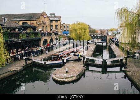 Großbritannien, London - 8. April 2015: der Camden Market in London, England. Camden ist die viertbeliebteste Touristenattraktion - Stockfoto