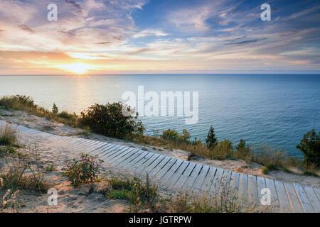 Sonnenuntergang über dem Lake Michigan glänzt Boardwalk Empire Bluff unterwegs in der Nähe von Empire Michigan. - Stockfoto
