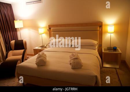 kingsize-bett in einem luxuriösen hotelzimmer stockfoto, bild, Hause deko