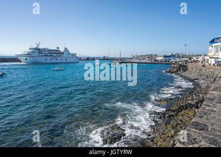 """Fähre """"Volcan de Tindaya' aus dem Hafen auf dem Weg nach Fuerteventura, der alte Hafen von Playa Blanca, Lanzarote, - Stockfoto"""