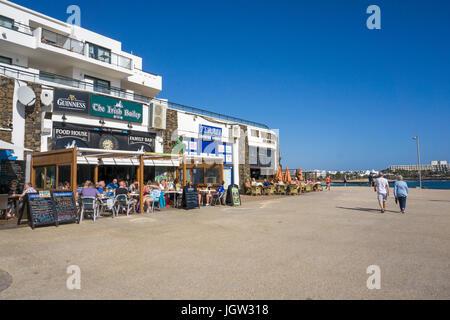 Restaurants an der Promenade der Playa de las Cucharas, Costa Teguise, Lanzarote, Kanarische Inseln, Europa - Stockfoto