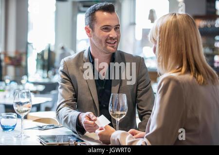 Geschäftsmann und Geschäftsfrau machen Einführungen zum Mittagessen im restaurant - Stockfoto