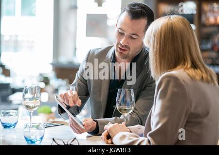 Unternehmer und Unternehmerin beim Mittagessen im restaurant - Stockfoto
