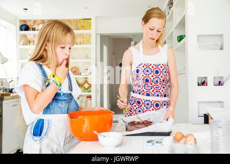 Mädchen, die Vorbereitung von Schokoladen-Brownies in Küche - Stockfoto