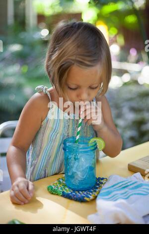Mädchen trinken Eiswasser mit Strohhalm - Stockfoto