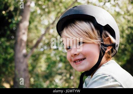 Porträt des jungen, im Freien, Schutzhelm tragen - Stockfoto