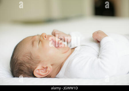 Baby Boy, auf Bett, Gähnen, Nahaufnahme - Stockfoto