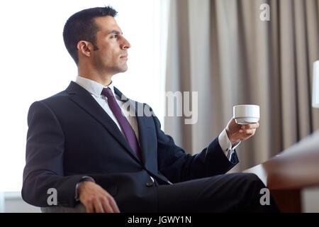 Geschäftsmann, trinken Kaffee im Hotelzimmer - Stockfoto