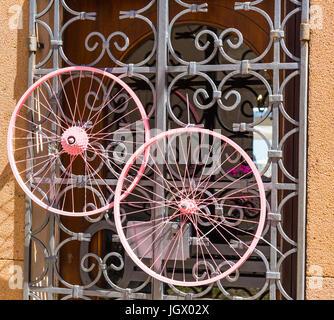 Rosa Fahrrad Räder auf einem Metallgitter - Stockfoto