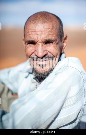 Porträt des alten Mannes auf einer Düne Erg Chebbi in Merzouga, Marokko ruht - Stockfoto
