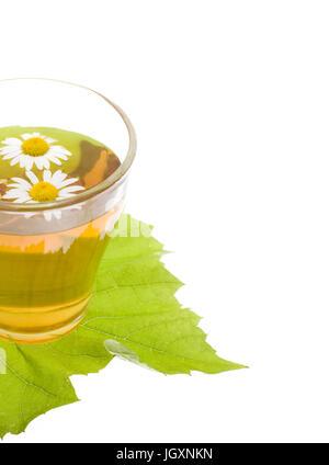 Pflanzliche Kamillentee isoliert auf weißem Hintergrund > Kamillentee in Glas Tee Tasse - Stockfoto