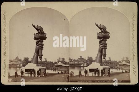 Die Fackel und Bestandteil der Arm der Statue of Liberty, auf dem Display an der 1876 Centennial Exhibition in Philadelphia. - Stockfoto