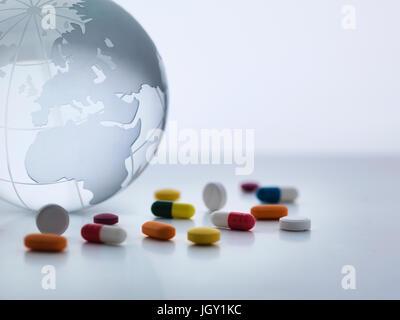 Stillleben mit Glaskugel mit einer Vielzahl von Medizin - Stockfoto