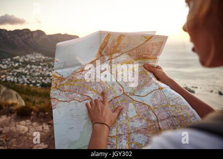 Junge Frau Wandern, Blick in die Karte, Lions Head Berg, Western Cape, Cape Town, Südafrika