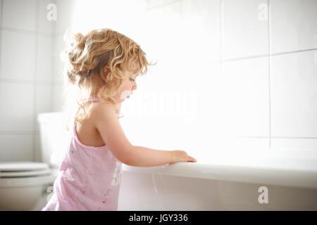 Junge Mädchen stehen neben Badewanne - Stockfoto