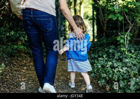 Vater und kleine Mädchen genießen Natur Fuß - Stockfoto