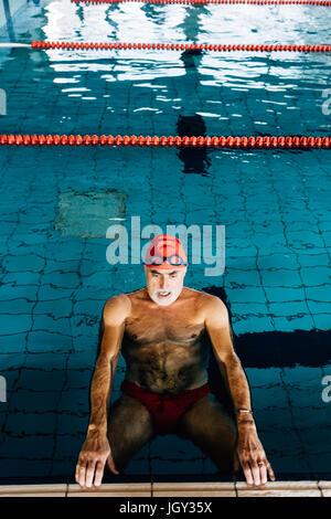 Entspannung im Wasser vom Rand des Schwimmbad Senior woman - Stockfoto