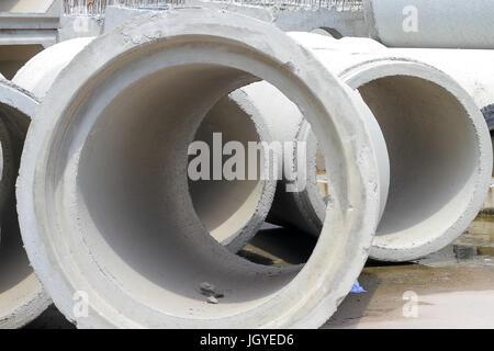 konkrete Drainagerohre auf Betonboden für den industriellen Hochbau. - Stockfoto