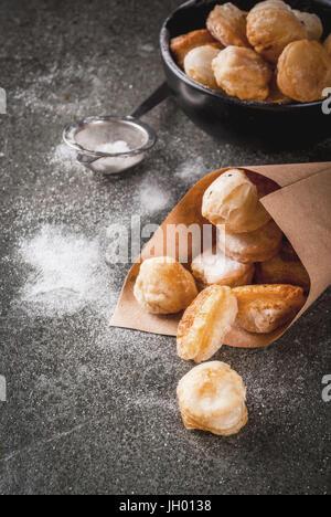 Hausgemachte backen, Blätterteiggebäck. Trendige Lebensmittel. Cronuts Popcorn, Blätterteig Krapfen Löcher in eine - Stockfoto