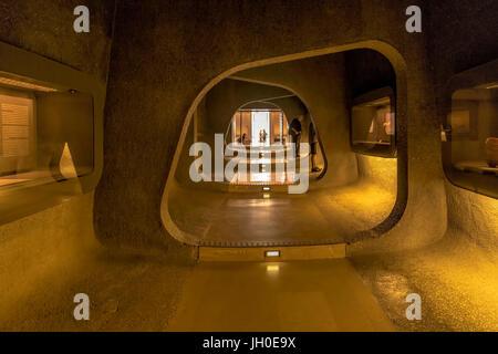 Blick in eine dunkle Höhle-wie Passage mit Exponaten zum Eingangsbereich des Israel Museums in Jerusalem, Israel, - Stockfoto
