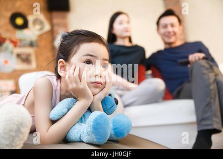 Glückliche Familie vor dem Fernseher - Stockfoto