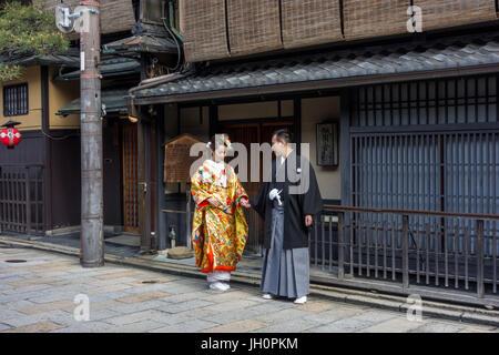 Japanisches Paar in Tracht, mit ihren Fotos ein paar Tage vor der eigentlichen Hochzeit gekleidet. - Stockfoto