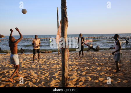 Strand in Entebbe. Volley-Ball. Uganda. - Stockfoto