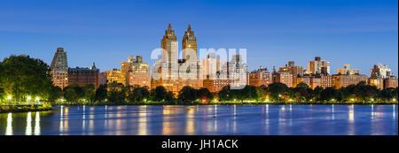 Panorama Blick auf Central Park West in der Dämmerung und Jacqueline Kennedy Onassis Reservoir. Upper West Side, - Stockfoto