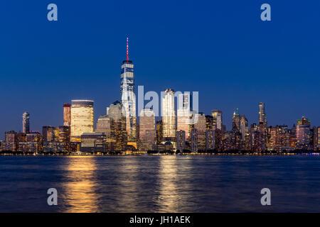 New York City-Financial District Wolkenkratzer und Hudson River in der Abenddämmerung. Blick auf Lower Manhattan Stockfoto