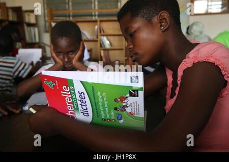 Afrikanische Schule. Kinder gesponsert von französischen NGO: la Chaine de l ' Espoir. Die Bibliothek.  Lome. Togo.