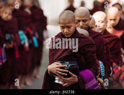 Neuling buddhistischen Mönchen ins Kloster für ihr Frühstück, Amarapura, Mandalay, Mandalay Region, Myanmar (Burma), - Stockfoto