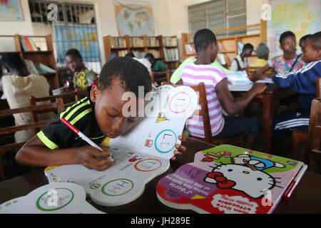 Afrikanische Schule gesponsert von französischen NGO: la Chaine de l ' Espoir. Die Bibliothek. Lome. Togo. - Stockfoto