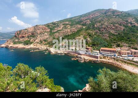 Draufsicht des türkisblauen Meeres umrahmt von grüner Vegetation und die typischen Dorf Porto, Korsika, Südfrankreich, - Stockfoto