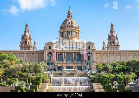 Der magische Brunnen von Montjuic unterhalb des Palau Nacional, MNAC, National Art Gallery, Barcelona, Katalonien - Stockfoto