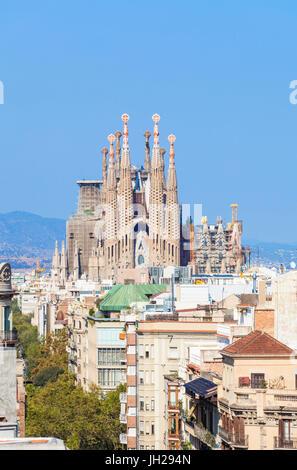 Skyline Blick auf La Sagrada Familia von Antoni Gaudi, UNESCO-Weltkulturerbe, Barcelona, Katalonien (Catalunya), - Stockfoto