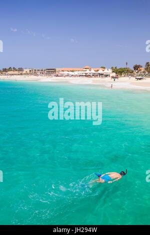 Junge Schnorcheln am sandigen Strand in Santa Maria, Praia de Santa Maria, Baia de Santa Maria, Insel Sal, Kap Verde, - Stockfoto