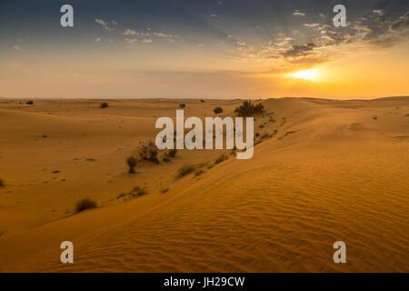 Sonnenaufgang über Sanddünen in der Wüste von Dubai, Dubai, Vereinigte Arabische Emirate, Naher Osten - Stockfoto