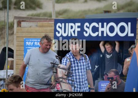 Das Wasserloch Bar, Perranporth, Cornwall, UK. 12. Juli 2017. Alex Jones und Matt Baker Vorbereitungen für die Dreharbeiten - Stockfoto