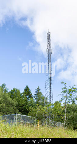 Blick auf die Hohen mobile phone Mast/Handy tower Model Release: Nein Property Release: Nein. - Stockfoto