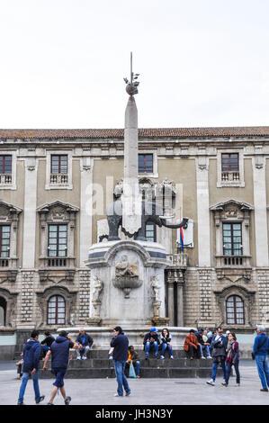 Die Fontana dell'Elefante in der Piazza del Duomo, Catania, Sizilien, Italien. - Stockfoto