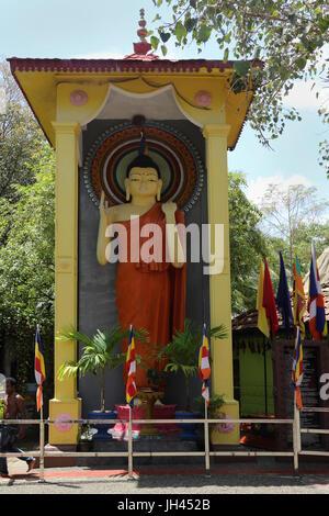 Galle Sri Lanka Rumassala Straße Sri Vivekaramaya Tempel Statue des Buddha stehend - Stockfoto