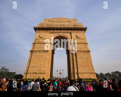 Delhi, Indien - Circa Januar 2016 - viele Touristen am India Gate in neu-delhi - Stockfoto