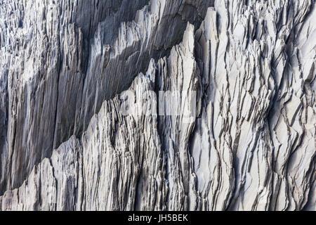 Schiefer-wie Felsen Ablagerungen am Fuße der Klippen auf Reynisfjara Strand in Island - Stockfoto