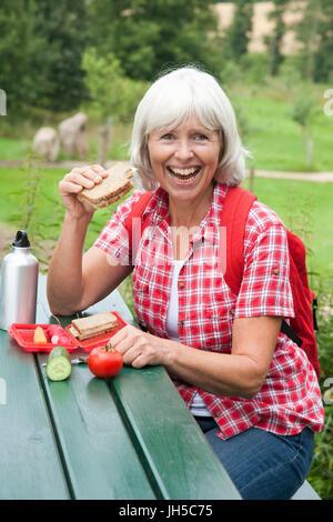 Ältere Dame ist ein Picknick - Stockfoto