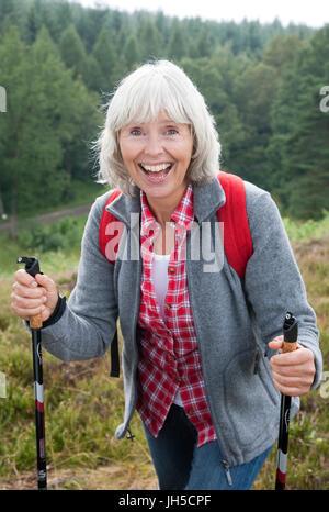 Ältere Dame ist das Wandern - Stockfoto