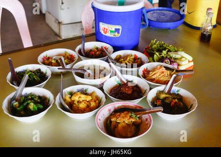 Bagan, Myanmar - 20. Februar 2016. Traditionelles Essen in Bagan, Myanmar. Burmesische Essen ist sehr lecker, eine - Stockfoto