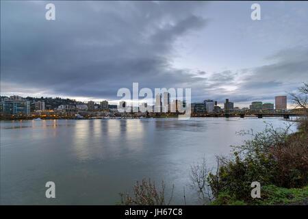 Portland Oregon Innenstadt Skyline und Hawthorne Bridge über den Willamette River Waterfront während des Abends - Stockfoto