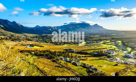 Am frühen Morgen über dem westlichen Kap mit Kapstadt und den Tafelberg betrachtet von Ou Kaapse Weg, Old Cape Road, - Stockfoto