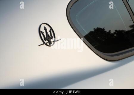 Detail von Maserati Logo. Supercar und Luxus Sportwagen auf Ausstellung in Turin Auto zeigen. - Stockfoto