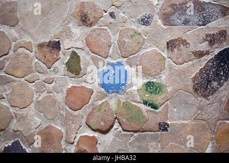 Geometrischen Mosaik aus glasierten Ziegeln namens Alicatados auf dem Boden im Saal der zwei Schwestern (Sala de - Stockfoto